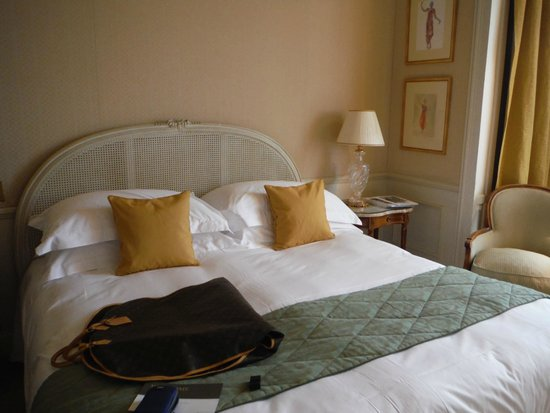 InterContinental Carlton Cannes: Large lovely king bed-with clean soft sheets