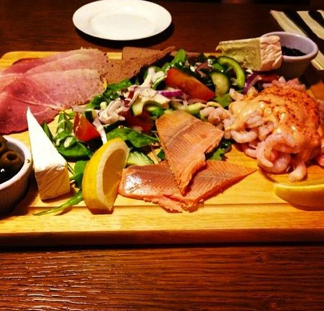 The Outback Restaurant: The deli-starter board - Huge but gorgeous