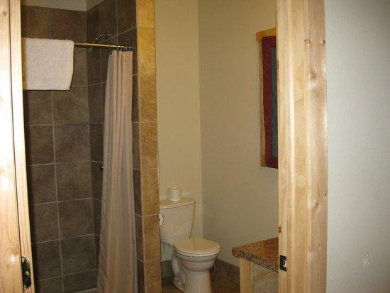 Amble Inn : Spacious bathroom