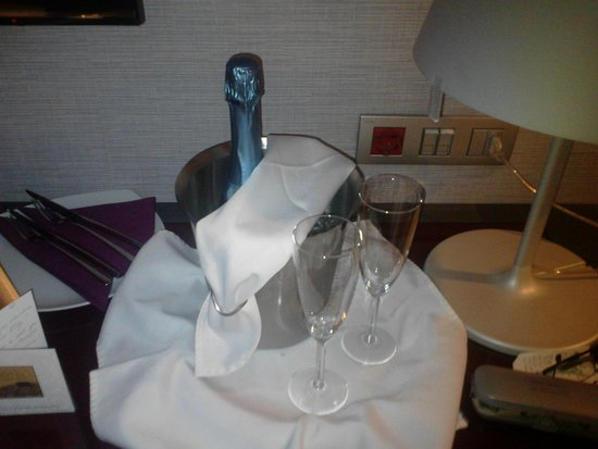 Hotel Palazzo Zichy: Champagne chilled and waiting in the room