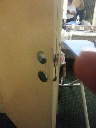 Quality Inn Windsor Mill / Baltimore West : broken doors between rooms