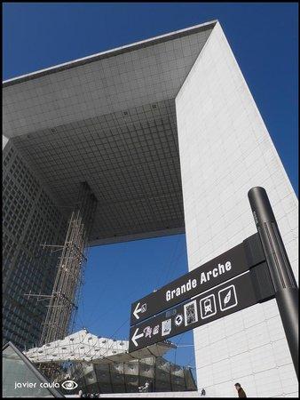 La Grande Arche de La Defense: Vista desde la salida del metro
