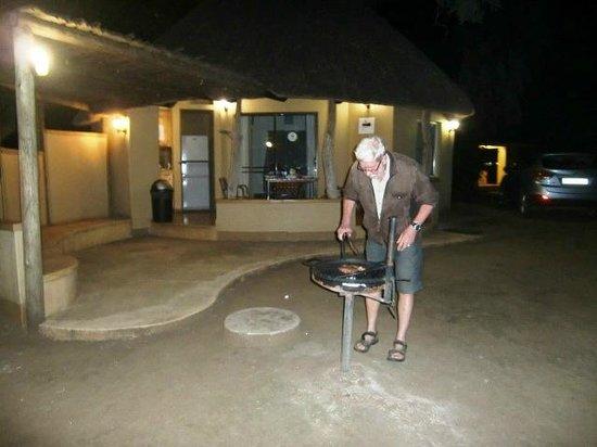 Letaba Rest Camp: De braai voor onze rondavel E74  (maart 2014)