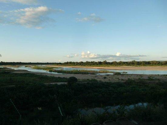 Letaba Rest Camp: Uitzicht over de rivier vanuit het restaurant van Letaba  (maart 2014)