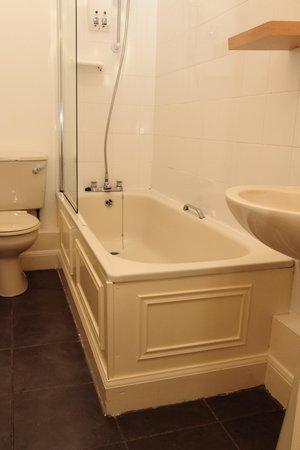 Edinburgh Thistle Hotel: Twin Bathroom