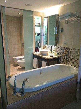 Hilton Vilamoura As Cascatas Golf Resort & Spa: Vilamoura Hilton bathroom