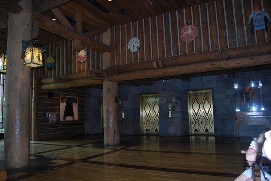 Disney's Wilderness Lodge: lobby elevators