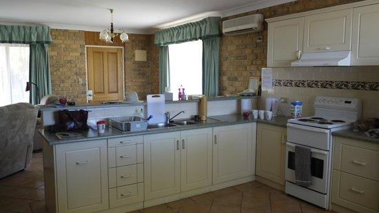 Kangaroo Island Acacia Apartments: Kitchen