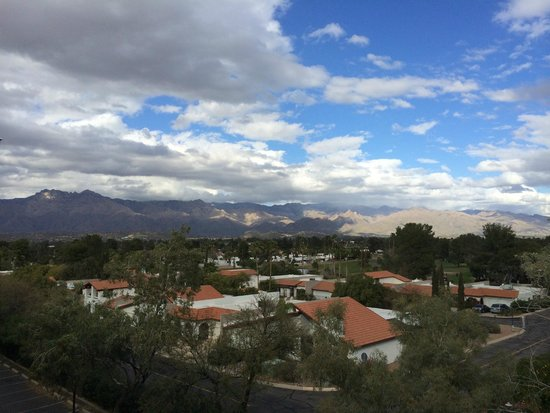 Radisson Suites Tucson: Mountain views from the balcony