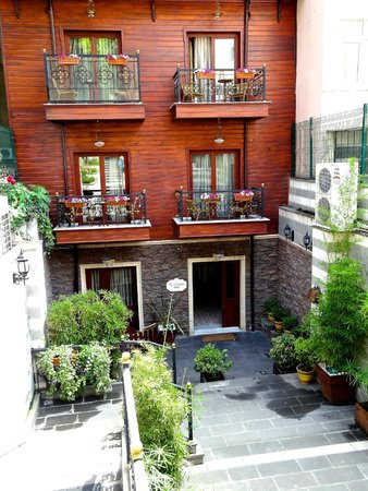 Rose Garden Suites Istanbul: Rose Garden Suites off of the courtyard