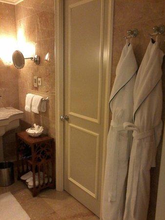 Regent Berlin: baño amplio y con todas las comodidades