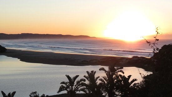 Buccaneers Lodge & Backpackers: Sunrise from Porch