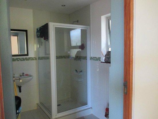 Buccaneers Lodge & Backpackers: Bathroom