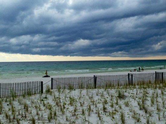 Hampton Inn Ft. Walton Beach : Beach view from Room 148 patio. Rain clouds--but it never rained.