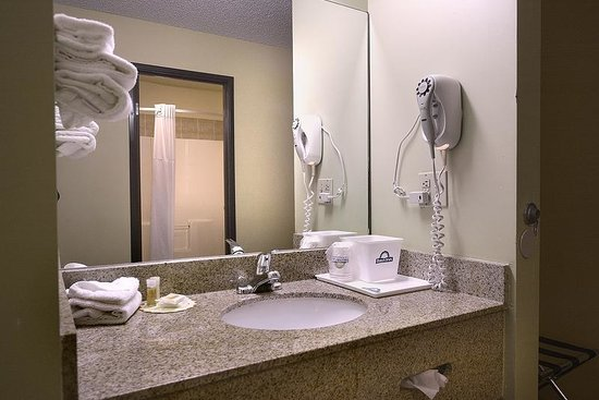 Days Inn Carbondale: Standard Vanity