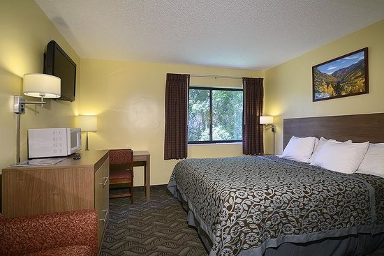 Days Inn Carbondale: King Suite with 2 Twins
