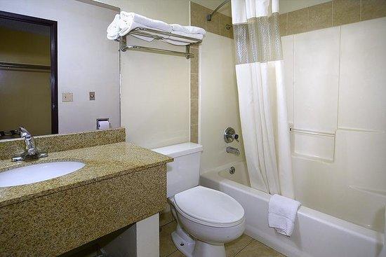 Days Inn Carbondale: King Suite Bathroom
