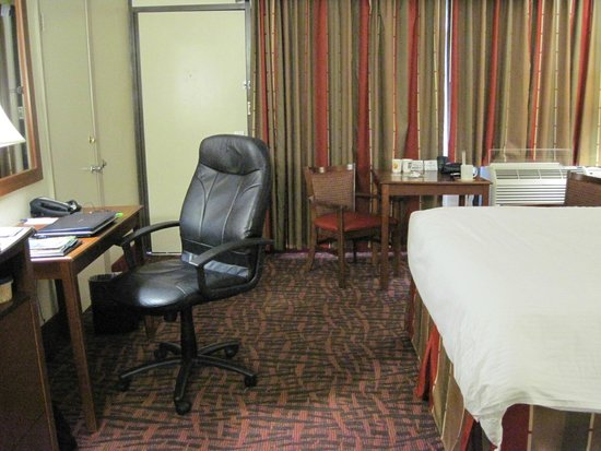 BEST WESTERN Asheville Tunnel Road: adequate space between desk and bed