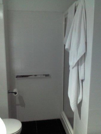 Kore Hotel: Ducha amplia con monomando, buena presión