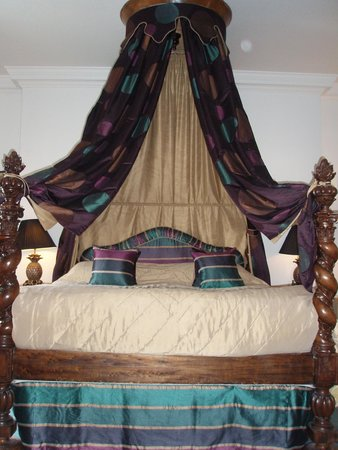 Hotel Portmeirion: Canopied bed