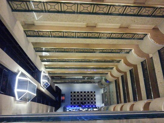 Stamford Plaza Melbourne : Internal elevator looking down to the foyer