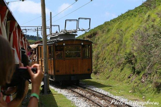 Le Train de la Rhune: croisement du train montant et descendant