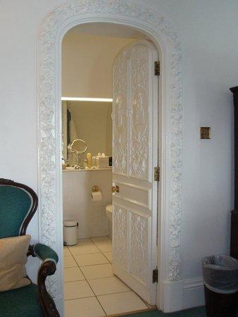 Hotel Portmeirion: Ornate bathroom door
