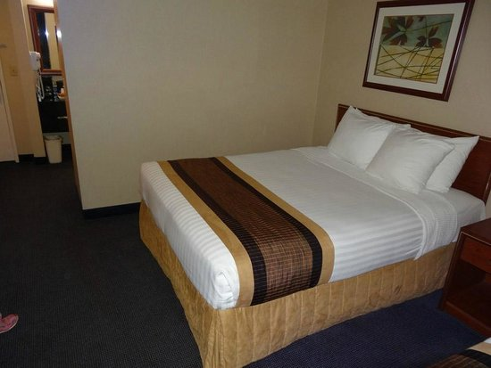BEST WESTERN Cascadia Inn: Lots of pillows to chose from.