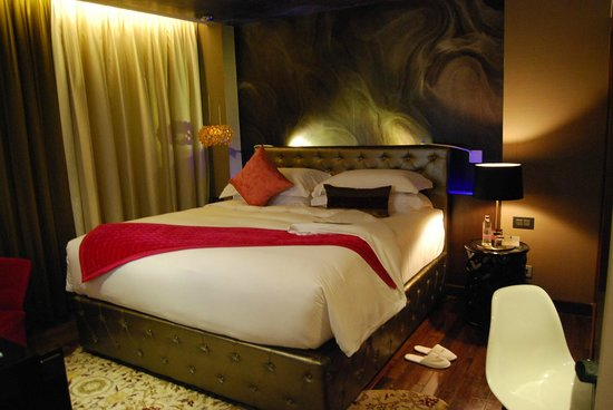 Hotel de l'Opera Hanoi - MGallery Collection: The room with the high bed and rather low bedside table