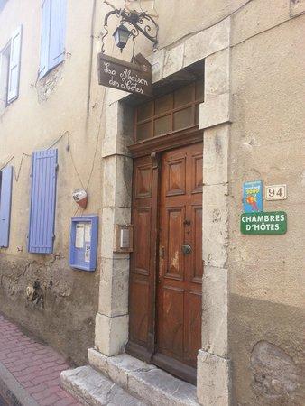 La Maison des Hotes: L'entrée de la Maison des Hôtes