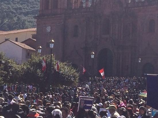Plaza de Armas (Huacaypata): sunday morning parade
