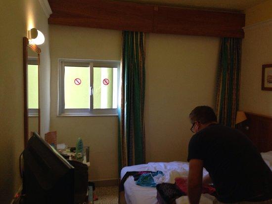 Topaz Hotel : The pathetic window