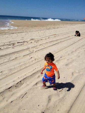 Ocean Surf Resort : Kids hanging on the beach