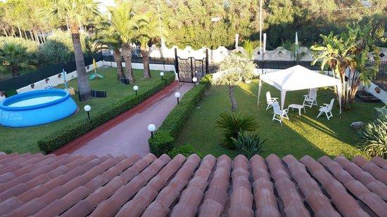 Villa Sunset Bed & Breakfast: Giardino visto dalla camera