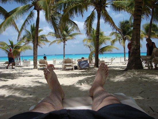 Hotel Riu Palace Riviera Maya: zona de hamacas en la playa