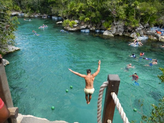 Parc Xel-Ha : Jumping from the cliff