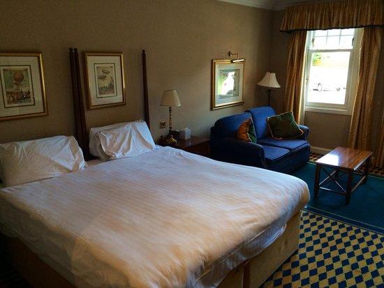 Huntingtower Hotel: Room needing updating but generous size
