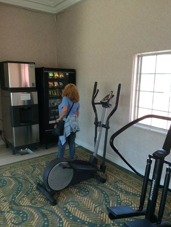 Days Inn Santa Monica/los Angeles: Exercise equipment in the hall