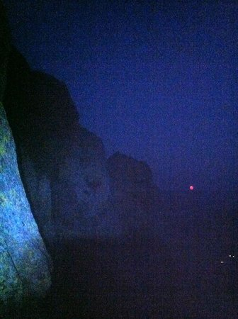 Devils Tower Lodge: Spectacular view of the Super Moon rising over the horizon from about 3/4 way up the tower