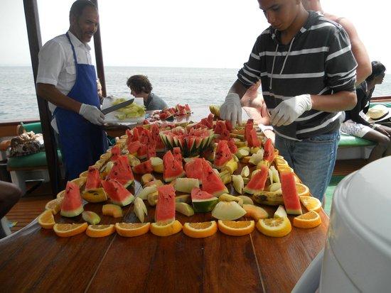 Agadir Fishing Port : fruit sur le bateau