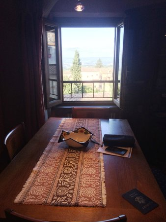 Hotel Leon Bianco: Table and view