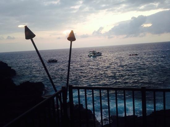 Sheraton Kona Resort & Spa at Keauhou Bay: Boats setting up to shine for mantarays at rays by the bay
