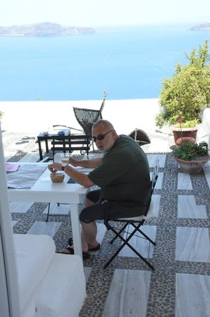 Porto Fira Suites : Honeymoo Suite Terrace for eating and lounging