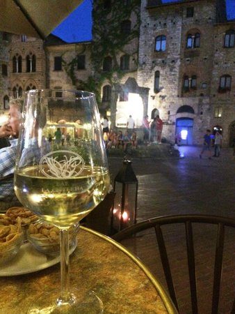 Hotel Leon Bianco: Eating at the restaurant in front of the hotel