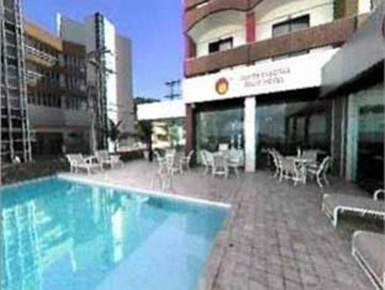 Monte Pascoal Praia Hotel Salvador : Piscina no terreo em frente a Praia da Barra