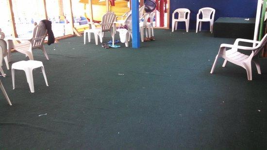 Bridge Vista Beach Hotel & Convention Center: Waterpark lounge area - needs a good cleaning