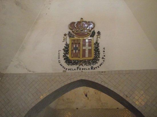 Palacio Nacional de Sintra: Brasão acima da porta de entrada da cozinha.