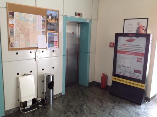 Ibis Bucuresti Gara de Nord : Лифт у рецепшена