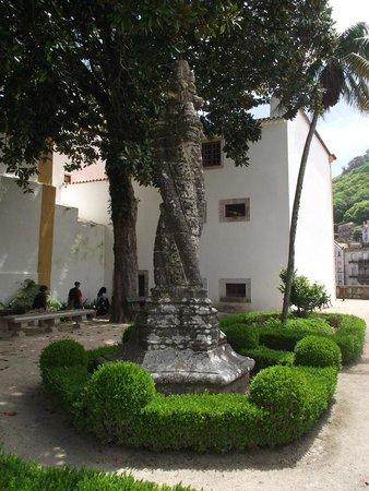 Palacio Nacional de Sintra: Coluna retorcida estilo manuelino no jardim da Preta.