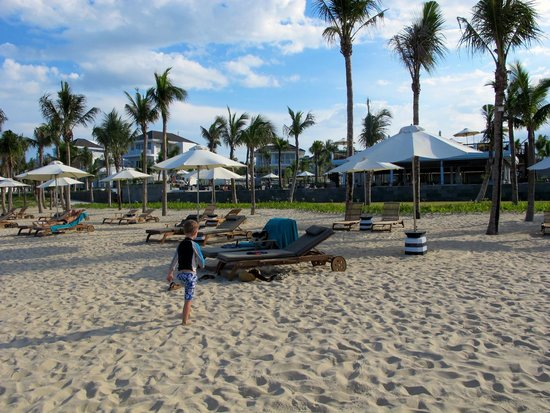 Fansipan Danang Hotel : The beach at PremierVIllage across the street